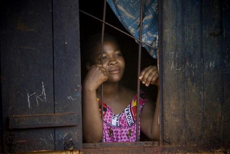 Prática de 'passar as mamas a ferro' é comum nos Camarões