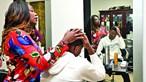 Rafael Leão dá salão de cabeleireiro à mãe
