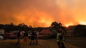 Termómetros atingem 50º na Austrália enquanto norte-americanos 'tremem de frio'