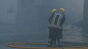 Fogo que deflagrou em armazém da zona industrial da Maia faz um ferido