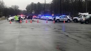 Atirador em fuga após tiroteio junto a escola em Virgínia nos Estados Unidos