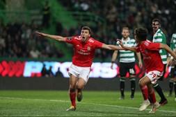 Rúben Dias festeja o terceiro golo dos encarnados em Alvalade