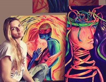Inês Terrahe com alguns dos quadros que pintou