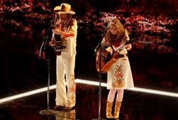 Gillian Welch e David Rawlings cantaram 'When A Cowboy Trades HIs Spurs for Wings'