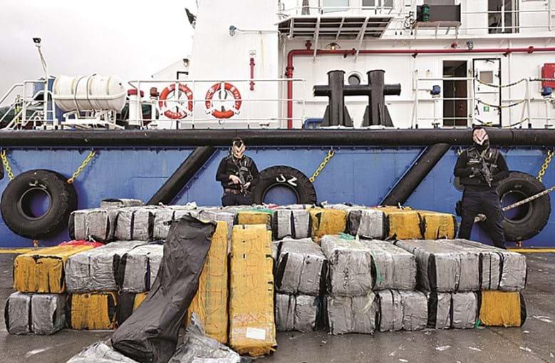 Seguranças da Polícia Judiciária guardam os 125 milhões em 81 fardos de cocaína