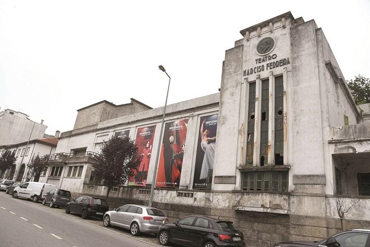 Teatro Narciso Ferreira, em Riba de Ave, apresenta marcas de abandono e degradação visíveis nas fachadas