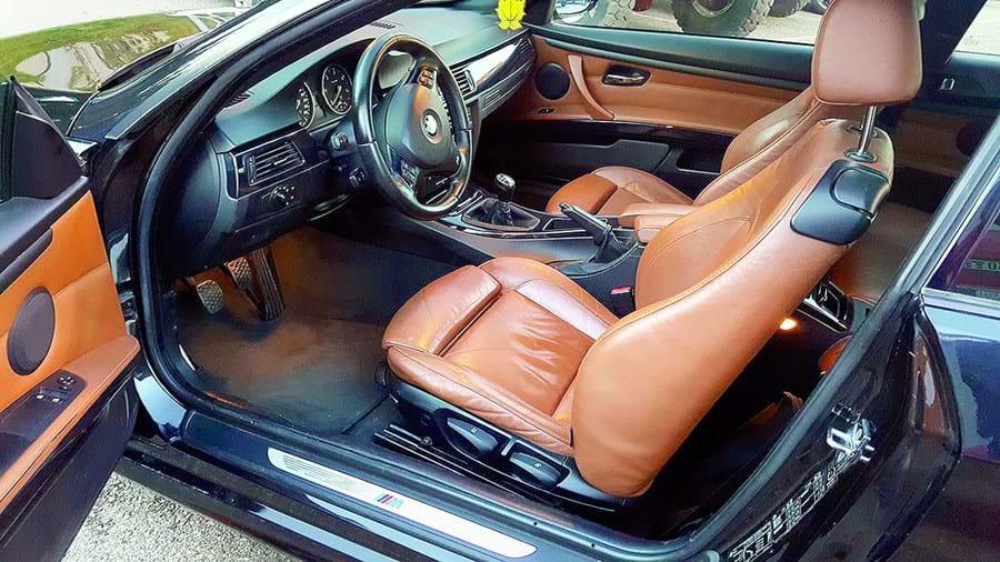 Assaltantes desmontaram e furtaram a consola central de BMW que inclui GPS, autorrádio e outros equipamentos