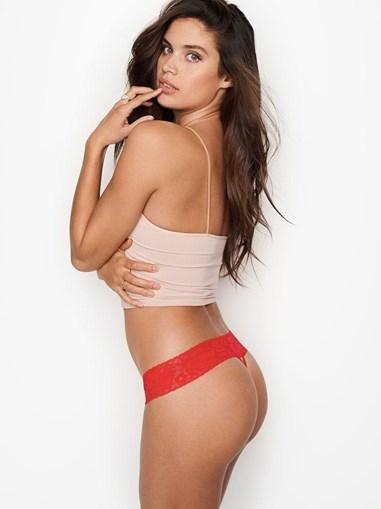 Sara Sampaio despe-se para produção da Victoria's Secret