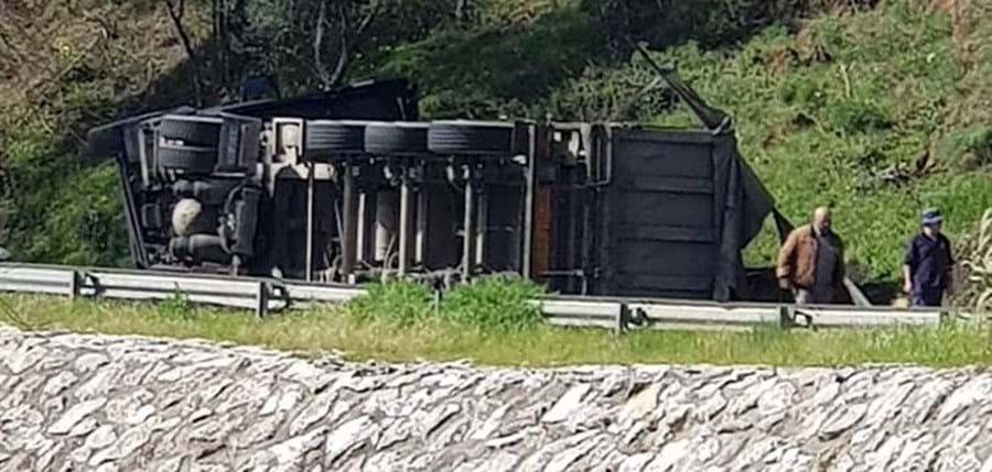 Despiste de camião corta EN9 em Alenquer