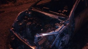 Cinco carros incendiados ficam totalmente destruídos em Queijas