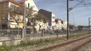 Mulher colhida por comboio enquanto falava ao telemóvel