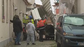 Estrutura metálica cai e destrói quatro carros em Lisboa