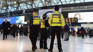 Três pacotes de explosivos improvisados encontrados em dois aeroportos e estação de metro de Londres