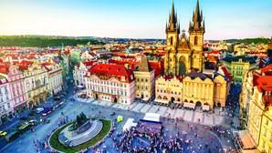 Praga é uma pequena cidade romântica cheia de vida e de história