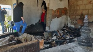 Fogo durante a noite destrói casa de praia em Aljezur