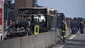 Motorista incendeia autocarro cheio de crianças em Itália