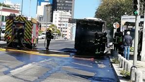 Autocarro arde a 50 metros de bomba de gasolina