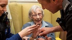 Polícia cumpre desejo de idosa de 104 anos que queria ser presa