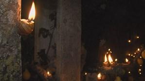 Procissão noturna realizada com cascas de caracol iluminadas recolhidas pela população