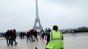 """""""Coletes amarelos"""" passam despercebidos em Paris fora dos Campos Elísios"""