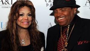 Irmã de Michael Jackson revela que foi violada pelo pai quando tinha 11 anos