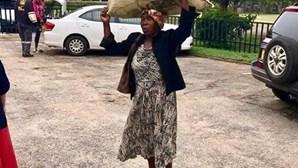 Mulher de 71 anos andou 10 km a pé para ajudar vítimas do Idai. Bilionário vai dar-lhe uma casa