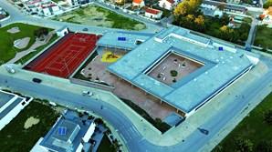 A escola tem 2300 metros quadrados e inclui refeitório, biblioteca, ginásios, campo de jogos e recreios cobertos