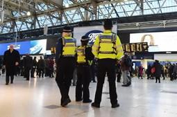 Encontrados explosivos improvisados em dois aeroportos e estação de metro de Londres