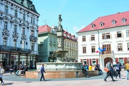 Hlavné Námestie é a praça principal da cidade e fica no centro histórico