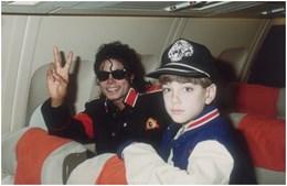 Michael Jackson com James Safechuck, quando este tinha 10 anos, no avião privado do cantor.