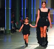 Magali Aravena, mulher de Salvio, desfilou com a filha, Chloé
