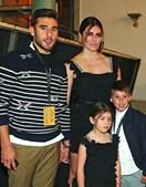 Toto Salvio com a mulher, Magali, e os filhos, Chloé e Valentino