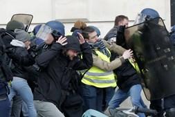 Primeiro ministro francês vai proibir protestos dos 'coletes amarelos' se identificar elementos radicais