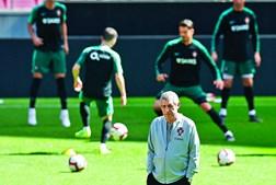 Fernando Santos diz que Portugal é favorito porque joga em casa