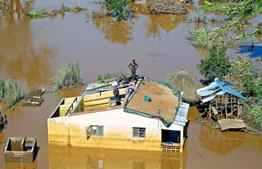 Centenas de pessoas continuam à espera da chegada de equipas de resgate, isoladas em áreas alagadas de Búzi e noutras zonas da província de Sofala