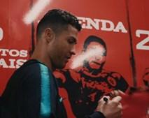 Futebolistas da seleção portuguesa autografam camisolas para ajudar Moçambique