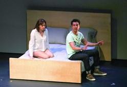 Maria João Abreu e João Tempera numa cena do espetáculo 'Fenda', em cena até dia 7 de abril, em Almada