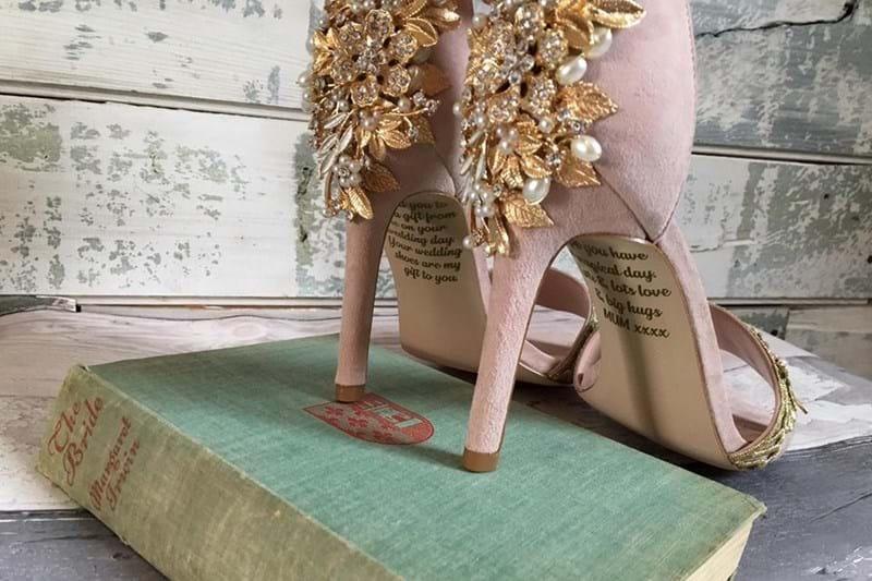 Noiva fica em choque ao ver recado da mãe em sapatos de