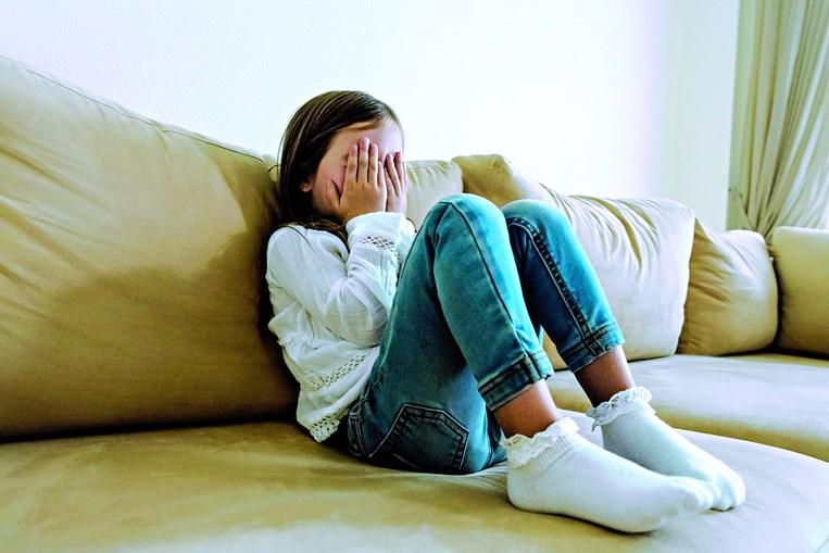 Menina de 11 anos começou a ser abusada pelo padrasto, que fotografava e filmava as práticas sexuais na casa da família. Mãe não denunciou o caso