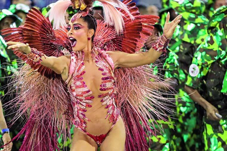 Juliana Paes é a rainha da bateria de uma escola de samba