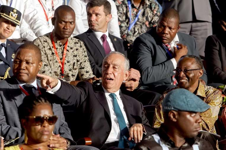 Marcelo Rebelo de Sousa quebra protocolo e vai ao carnaval de Luanda