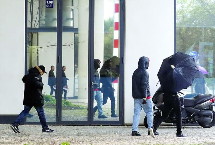 Arguidos à saída do tribunal. Quatro foram condenados, um deles a pena de prisão suspensa