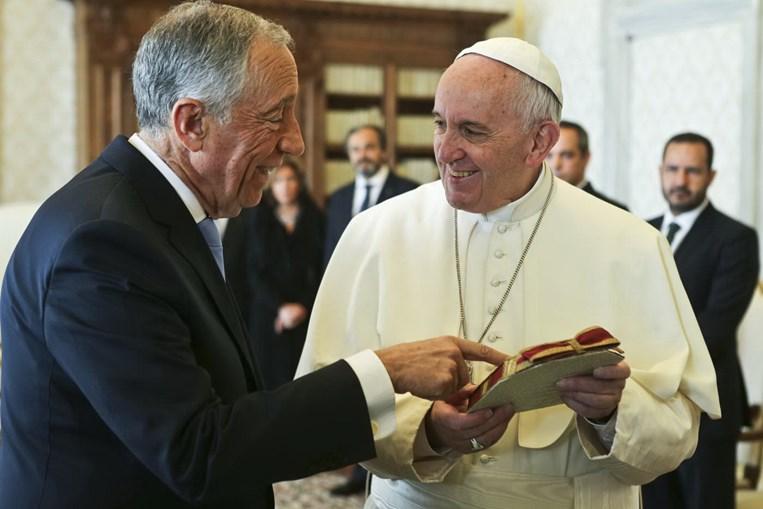 Marcelo Rebelo de Sousa  conversa com o papa Francisco durante um encontro na Cidade do Vaticano