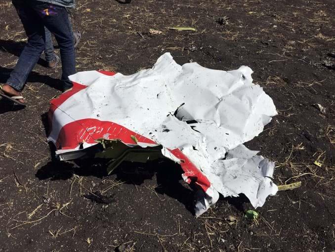 Destroços do avião da Ethiopian Airlines que caiu e matou 157 pessoas