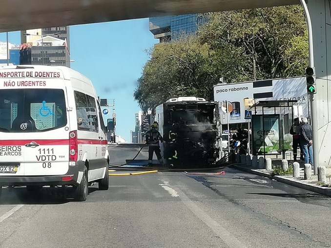 Autocarro arde nas Amoreiras, em Lisboa