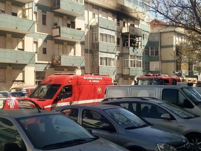 Incêndio em habitação no Seixal faz dois feridos