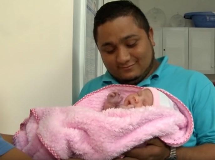 A bebé foi sujeita a uma operação encontram-se a recuperar