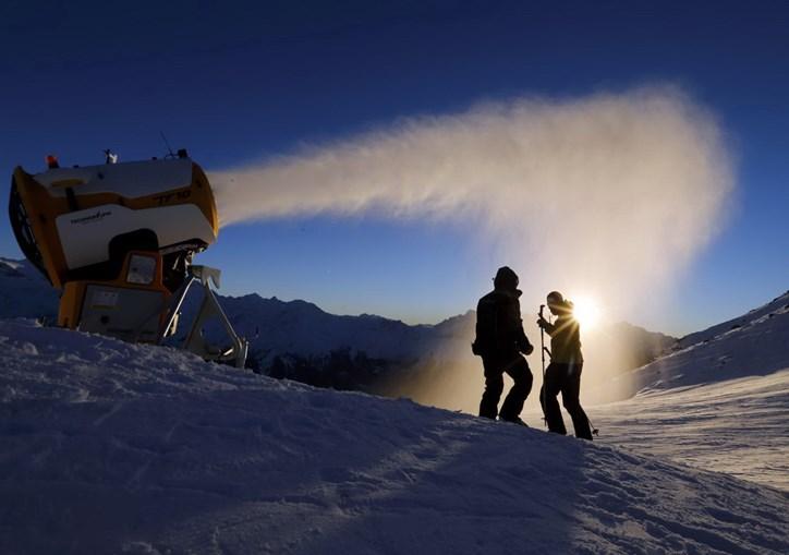 Um canhão de produção de neve em ação em Verbier, estância de esqui da Suíça