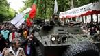 Milhares desfilam em Lisboa para lembrar 'Revolução dos Cravos' nos 45 anos do 25 de Abril