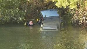 Carro cai no rio Vouga em Aveiro